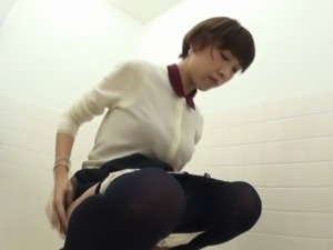 video of girls using the toilet