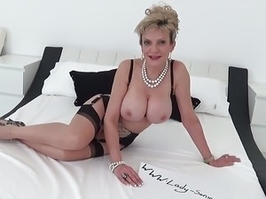 lady sonia shaved pussy free